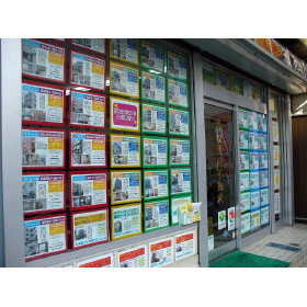 店頭にて物件情報を展示しています。店内にも他に多数の物件情報ございます。