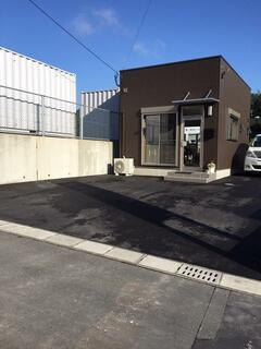 事務所外観と3台分の駐車スペース