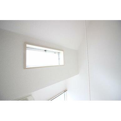 洋室上部に窓がございますので、室内明るいです!