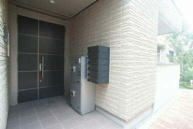 共用エントランスはオートロック仕様で部外者の出入りを防ぎます。