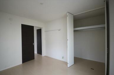 洋室6.4帖の天井まで高さのあるクローゼット