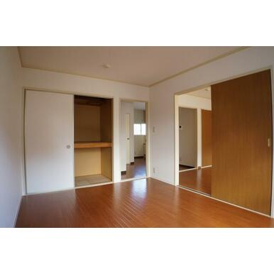 6.1帖の洋室②になります♪一間の収納が付いており、寝具や清掃用品を収納出来ます♪