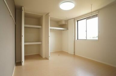 リビングに面した南側の6.2帖の洋室です♪収納が二カ所付いております!