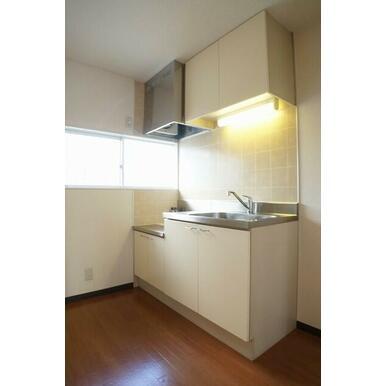 キッチンは段落ち型のセパレートキッチン仕様です♪小窓が付いているので、キッチンを明るく演出しておりま