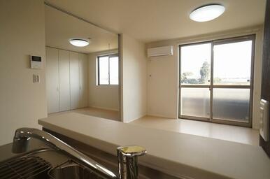 リビングには訪問者を確認できるTVドアホン付き♪エアコンも一基備え付けとなっております!