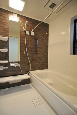 【浴室同仕様写真】お湯が冷めにくい浴槽、追い炊き機能付でいつでも温かいお風呂に!※色味が異なります。