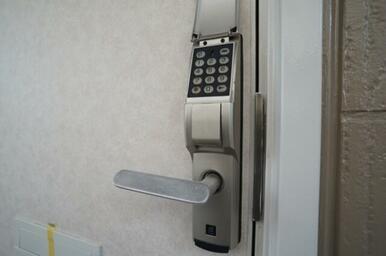 お部屋の玄関ドアはデジタロック仕様です!鍵の紛失も防げます。