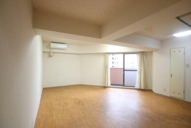 13.6帖のひろびろとした居室※リフォーム前の写真です