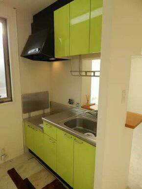 明るいグリーンの色合いがお洒落なキッチン☆収納力もありますよ☆