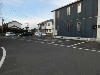 広い敷地なのでゆったり駐車できます☆