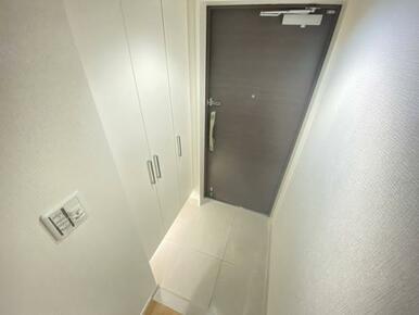 「玄関」足元にライトがついている下駄箱付きです。