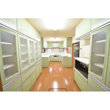 備え付けの収納棚付でお皿や調理器具等もスッキリ収納