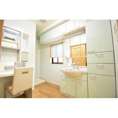 化粧スペース付の洗面室!