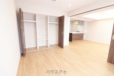 6.5帖の洋室はリビングと隣接しております!寝室としてもお子様のお部屋としても使用可能◎