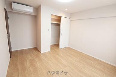 7帖の洋室はエアコン付き!夏は涼しく、冬は暖かくお過ごしいただけます!わざわざエアコンを買いに行か…