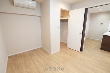リビングと隣接している6帖の洋室にもエアコンが付いております!収納スペースもあり、お子様の思い出も…