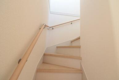 階段には手すりが付いているので、小さなお子様やお年寄りの方も上り下りし易くなっています!