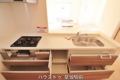 対面キッチンなので、リビングでお子様が遊んでいても見守れます(^^)/