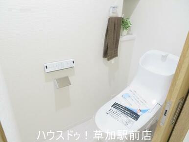 トイレに収納棚が付いているので、トイレ用品の収納に困りません♪