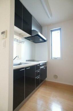 【キッチン】鏡面仕上げのキッチン扉はお掃除がしやすくてオススメです☆