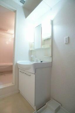 【洗面所】洗髪洗面化粧台で足元を濡らさず使えます♪