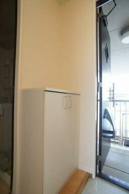 玄関収納はホワイト基調となります★ 上部にはお好きな小物を置いて、素敵な空間にしてみてはいかがですか