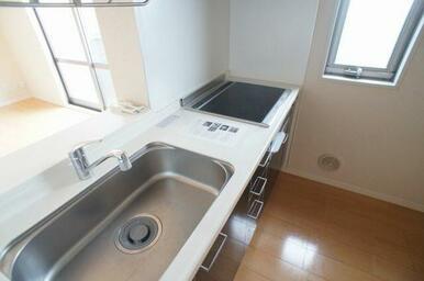 【キッチン】IHクッキングヒーター♪収納有でキッチン周りをきれいに保てます♪