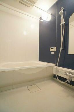 【浴室】シャワーの位置をお好みの高さに調節できるスライドバーが便利です♪