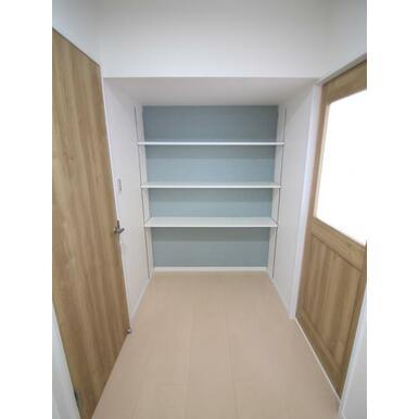 こちらは魅せる収納スペース。素敵に彩りましょう。