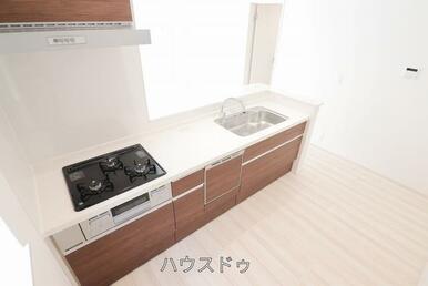 システムキッチンですよ♪3つ口コンロなので、お料理がしやすそうですね♪お料理を考えるのが楽しみにな…