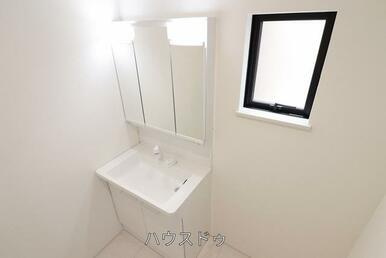 洗面台には収納があるので、洗面台周りがスッキリと片付きそうですね♪窓もあるので換気も出来ますね(^…