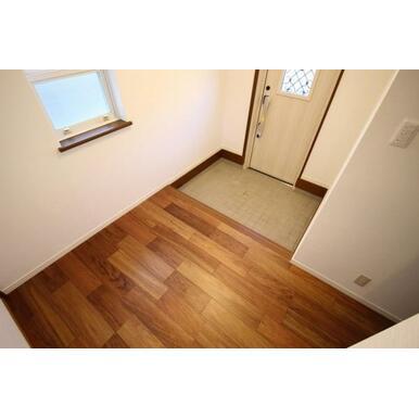 シンプルな広々玄関。インテリア自在!