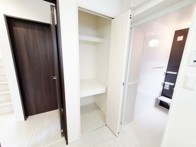 6号棟:洗面 洗剤のストック置き場にも安心。洗面室にも収納スペースをご用意いたしました。