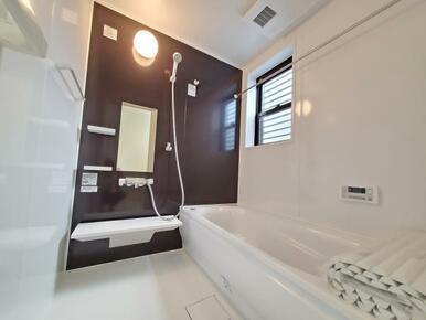6号棟:浴室 半身浴にも便利なエコベンチ付きの浴槽。お湯の量も少なくなるのでエコです。