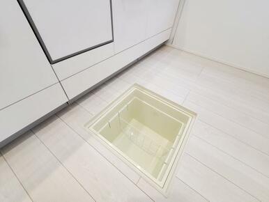 6号棟:床下収納 仕切りもついているので、ストック等の整理整頓もしやすいです。