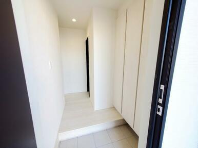 6号棟:玄関 荷物があるときもラクラクに施解錠できるカードキー錠採用!