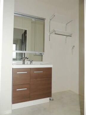 シャワー水栓付なので、朝などの頭だけ洗いたい時間などにとても便利です!横には洗濯機を置くスペースもご