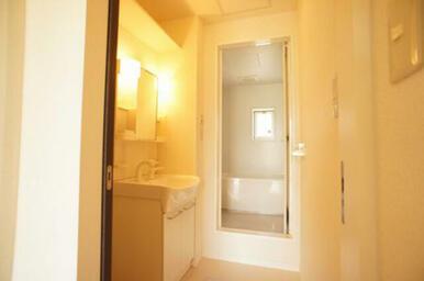 【脱衣洗面所】独立洗面化粧台装備◆正面奥は浴室です。