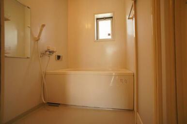 【浴室】追いだき式給湯◆小窓は換気・明りとりに便利です。