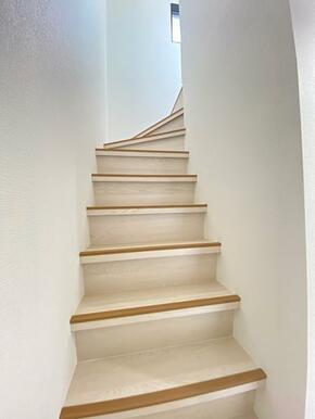 階段には滑り止めが付いているので安心です。