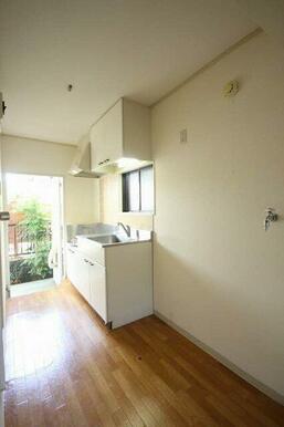 キッチン。洗濯機置き場と冷蔵庫スペース。