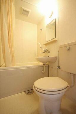 浴室+トイレ。水周りをコンパクトにしています♪