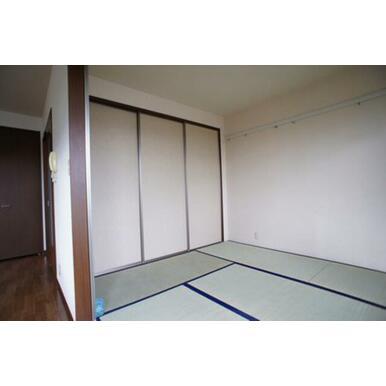 和室(6帖)◆右サイド壁には洋服などを掛けられるレール・可動式のフックがあります。