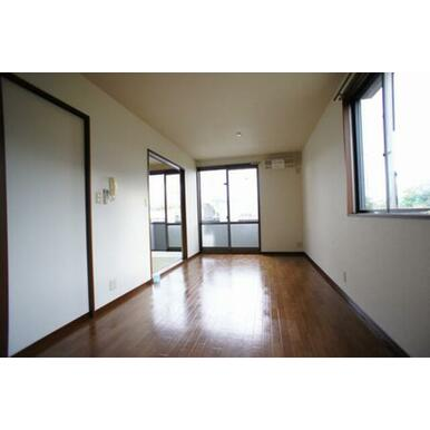 LDK(11.8帖)◆掃き出し窓の外はバルコニーです◆和室とは建具でセパレート