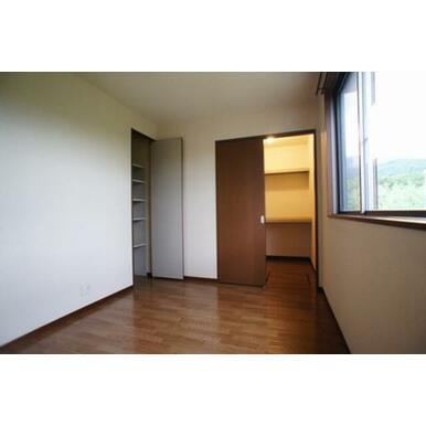洋室(5.4帖)◆収納扉開状態◆右側はウォークインクローゼット