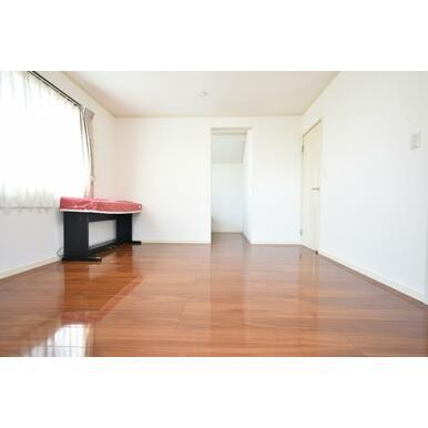 ワックスフリーの床材でお手入れ快適、ピカピカのフロアです。