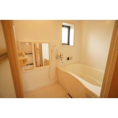 浴室はは追いだき式給湯です。小窓があり、換気にも便利です。