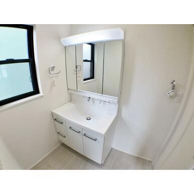 【洗面台】 大きくて見やすい3面鏡、その場で洗髪可能なシャワー付の洗面台!