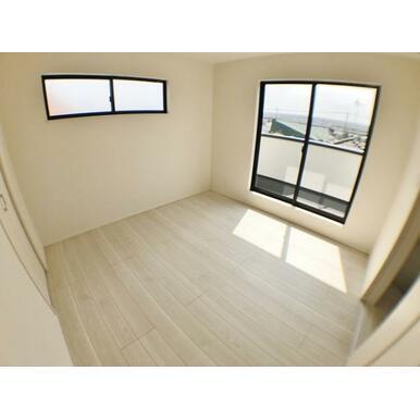 【洋室】 窓からのやさしい光が心地よいプライベートルーム♪