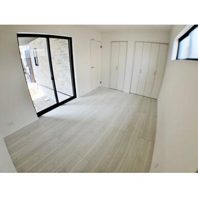 【洋室】 どんなインテリアにも合いそうな白を基調とした室内!
